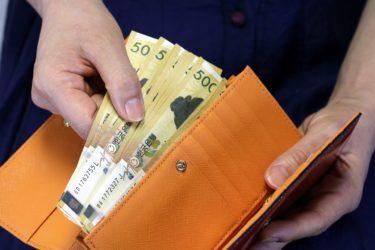 財布は男性にとって長財布と二つ折り、どちらが人気なのでしょうか?二つを比較したメリット・デメリットをご紹介!