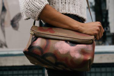 財布(メンズ)はバッグに入れて持ち歩いていますか?